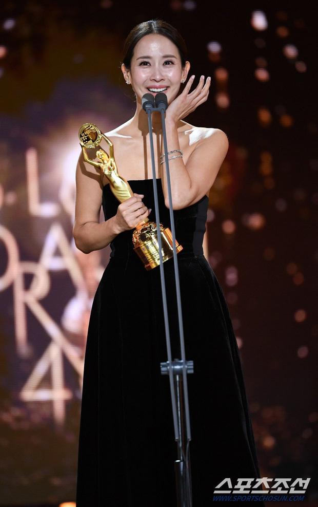 Mỹ nhân Ký sinh trùng Jo Yeo Jeong: Bị bạn trai bỏ vì phim 18+, bố lừa đảo và con đường đến với kỳ tích tượng vàng Oscar - Ảnh 14.