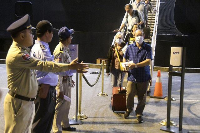 Hành khách trên du thuyền cập cảng Campuchia nhiễm Covid-19  - Ảnh 2.
