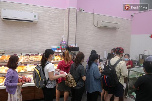 """Ăn thử bánh mì thanh long đang """"gây bão"""" Sài Gòn hiện tại, liệu hương vị có gì khác biệt so với loại bình thường ta vẫn hay ăn? - Ảnh 12."""