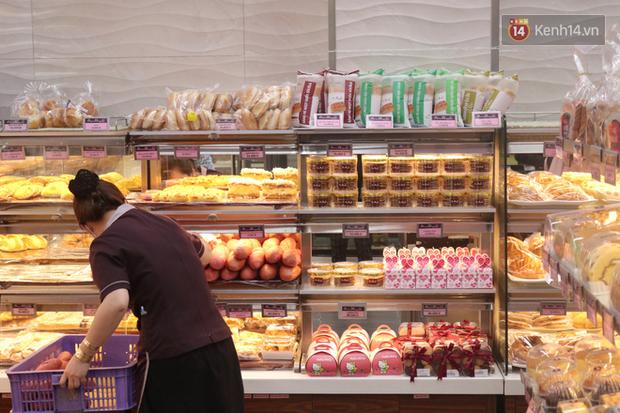 """Ăn thử bánh mì thanh long đang """"gây bão"""" Sài Gòn hiện tại, liệu hương vị có gì khác biệt so với loại bình thường ta vẫn hay ăn? - Ảnh 15."""