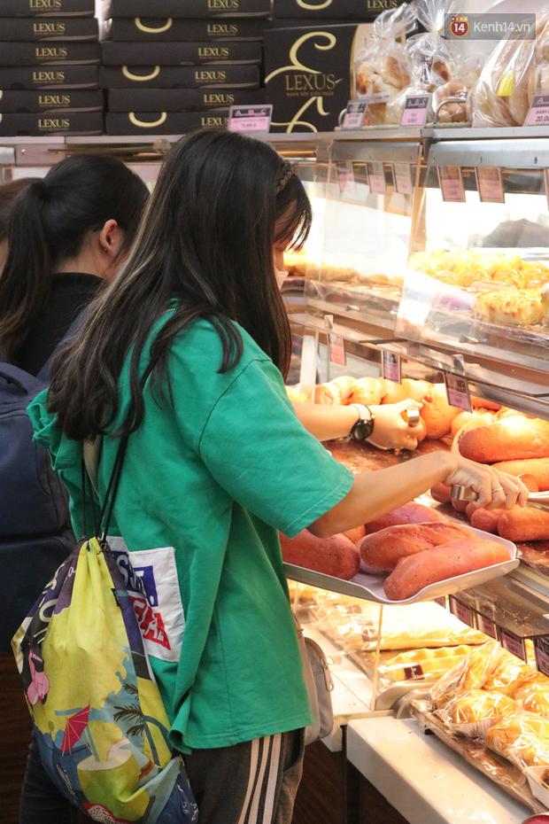 """Ăn thử bánh mì thanh long đang """"gây bão"""" Sài Gòn hiện tại, liệu hương vị có gì khác biệt so với loại bình thường ta vẫn hay ăn? - Ảnh 17."""