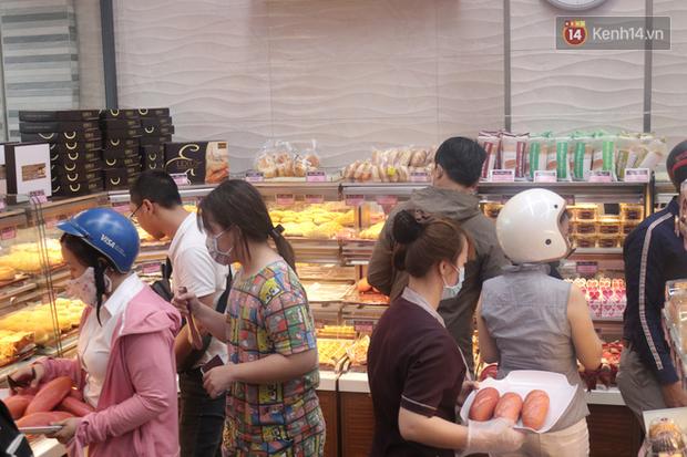 """Ăn thử bánh mì thanh long đang """"gây bão"""" Sài Gòn hiện tại, liệu hương vị có gì khác biệt so với loại bình thường ta vẫn hay ăn? - Ảnh 3."""