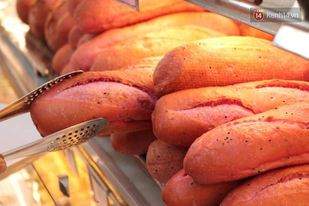 """Ăn thử bánh mì thanh long đang """"gây bão"""" Sài Gòn hiện tại, liệu hương vị có gì khác biệt so với loại bình thường ta vẫn hay ăn? - Ảnh 5."""