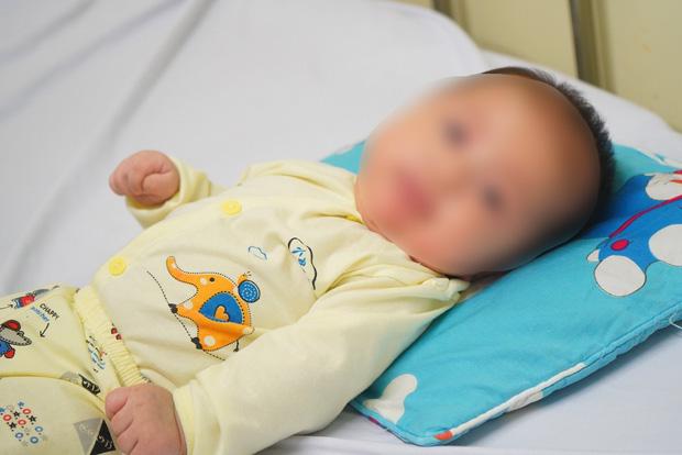 Chùm ảnh: Hành trình 9 ngày điều trị thành công cho bệnh nhi nhỏ tuổi nhất Việt Nam nhiễm COVID-19 - Ảnh 1.