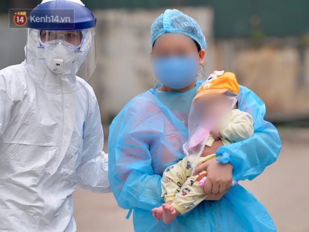 Chùm ảnh: Hành trình 9 ngày điều trị thành công cho bệnh nhi nhỏ tuổi nhất Việt Nam nhiễm COVID-19 - Ảnh 9.