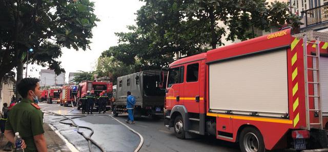 Cháy công ty sản xuất đồ nhựa ở Sài Gòn, khói đen bốc cao hàng chục mét, công nhân tháo chạy tán loạn - Ảnh 1.