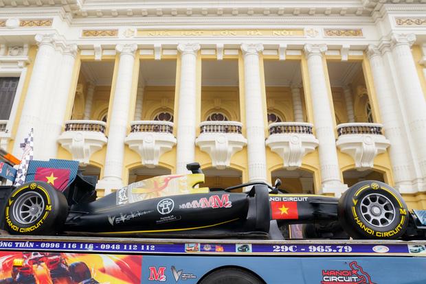 Người dân Hà Nội trầm trồ khi ngắm mô hình xe đua F1 diễu hành trên đường phố - Ảnh 1.