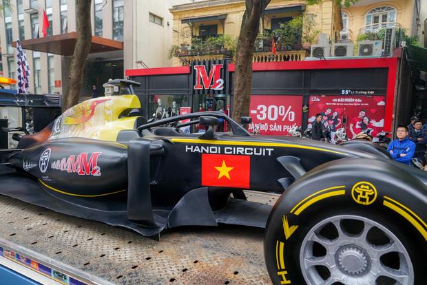 Người dân Hà Nội trầm trồ khi ngắm mô hình xe đua F1 diễu hành trên đường phố - Ảnh 2.