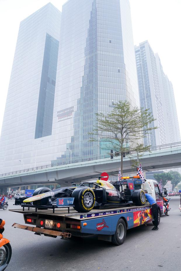 Người dân Hà Nội trầm trồ khi ngắm mô hình xe đua F1 diễu hành trên đường phố - Ảnh 11.