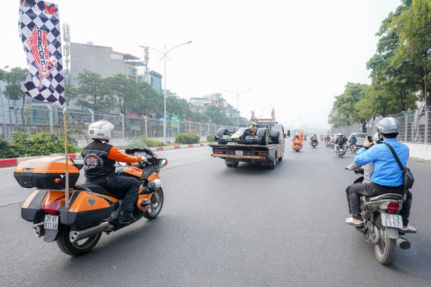 Người dân Hà Nội trầm trồ khi ngắm mô hình xe đua F1 diễu hành trên đường phố - Ảnh 13.