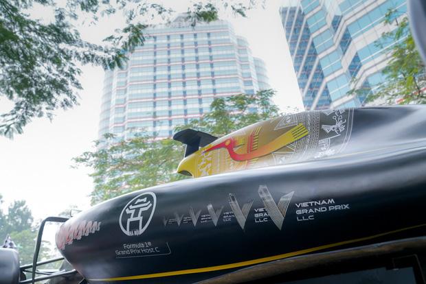 Người dân Hà Nội trầm trồ khi ngắm mô hình xe đua F1 diễu hành trên đường phố - Ảnh 3.