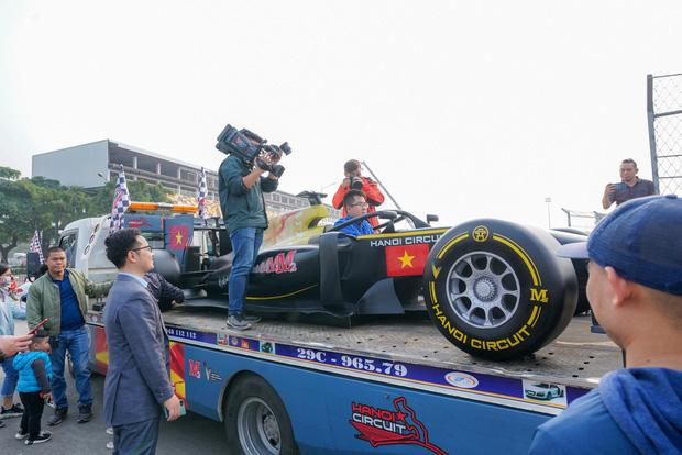 Người dân Hà Nội trầm trồ khi ngắm mô hình xe đua F1 diễu hành trên đường phố - Ảnh 4.
