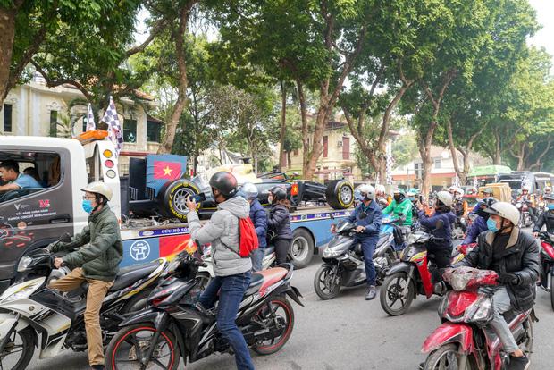 Người dân Hà Nội trầm trồ khi ngắm mô hình xe đua F1 diễu hành trên đường phố - Ảnh 5.