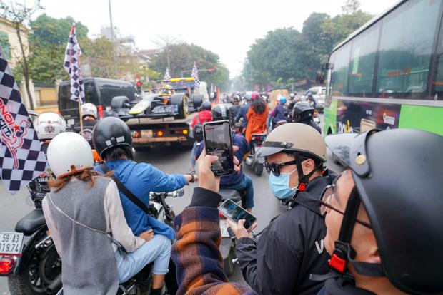 Người dân Hà Nội trầm trồ khi ngắm mô hình xe đua F1 diễu hành trên đường phố - Ảnh 6.