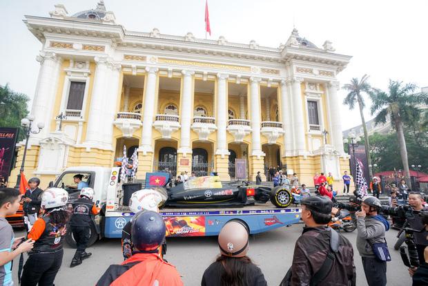 Người dân Hà Nội trầm trồ khi ngắm mô hình xe đua F1 diễu hành trên đường phố - Ảnh 7.