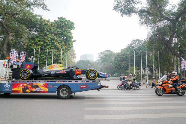 Người dân Hà Nội trầm trồ khi ngắm mô hình xe đua F1 diễu hành trên đường phố - Ảnh 8.