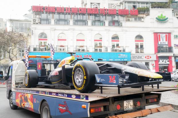 Người dân Hà Nội trầm trồ khi ngắm mô hình xe đua F1 diễu hành trên đường phố - Ảnh 9.