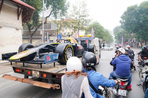 Người dân Hà Nội trầm trồ khi ngắm mô hình xe đua F1 diễu hành trên đường phố - Ảnh 10.
