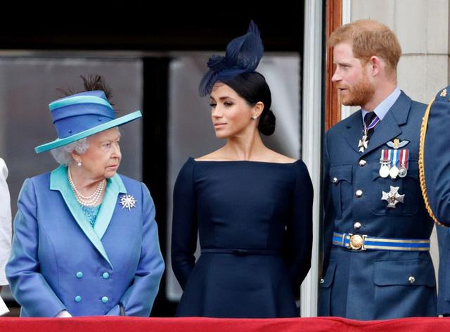 Vợ chồng Meghan Markle bị chỉ trích dữ dội sau thông báo mới chứa ngôn từ vô lễ với Nữ hoàng Anh - Ảnh 2.