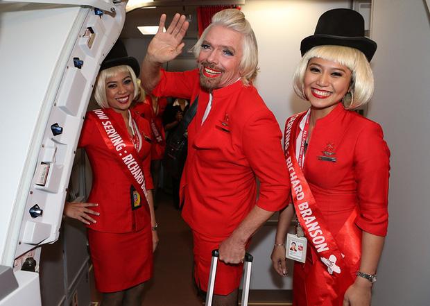 Thua cược đua xe, tỷ phú người Anh phải mặc đồng phục, trang điểm và đóng vai tiếp viên hàng không để phục vụ trên hãng bay đối thủ - Ảnh 5.