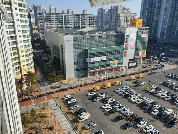 Tại tâm dịch virus corona ở Hàn Quốc lúc này: Người dân rồng rắn xếp hàng dài trăm mét mua khẩu trang - Ảnh 1.