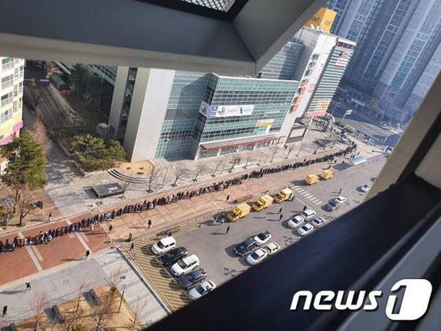 Tại tâm dịch virus corona ở Hàn Quốc lúc này: Người dân rồng rắn xếp hàng dài trăm mét mua khẩu trang - Ảnh 4.