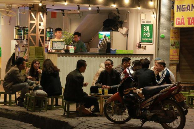 Người dân bắt đầu chủ quan giữa dịch Covid-19: phố Tạ Hiện vẫn đông đúc người ăn nhậu, nhân viên cafe không đeo khẩu trang - Ảnh 3.