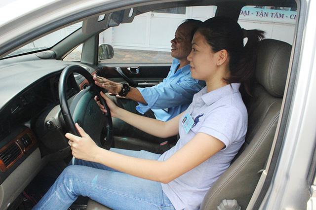 Học phí tăng sốc từng tuần, giới trẻ nháo nhác đăng ký thi bằng lái ô tô: 'Em cần bằng cho rẻ đã rồi tính sau' - Ảnh 2.