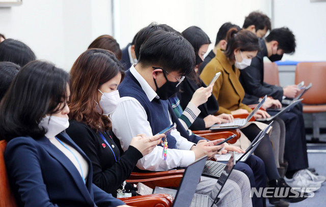 Hơn 1.000 người nhiễm corona chỉ sau 1 tháng, cuộc sống của người Hàn Quốc bị đảo lộn như thế nào? - Ảnh 1.