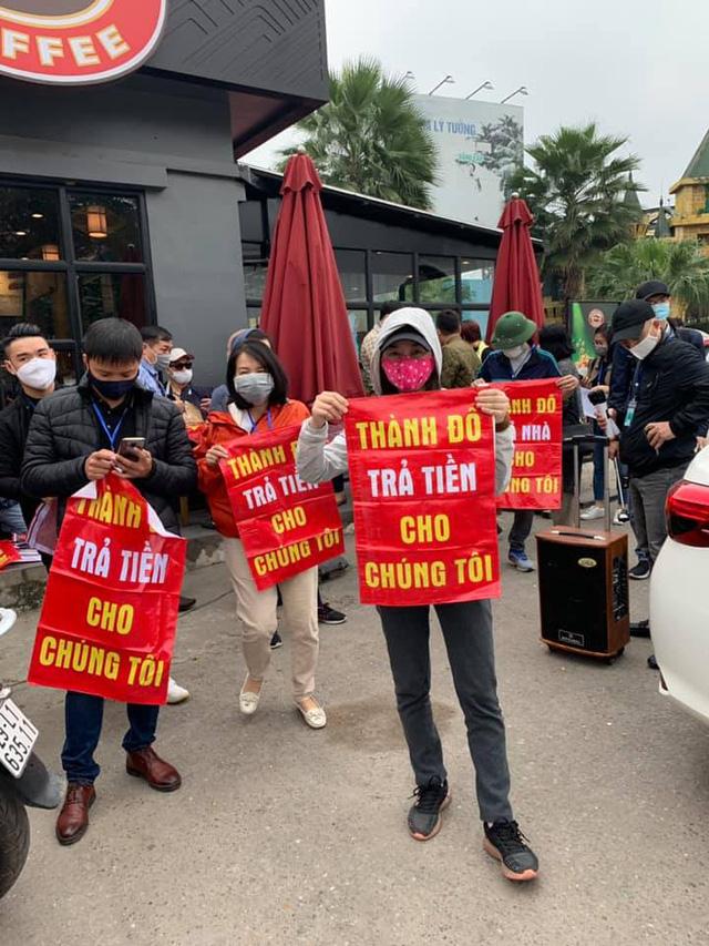 Khách mua Cocobay căng băng rôn đỏ rực, vây kín trụ sở Thành Đô tại Hà Nội  - Ảnh 1.