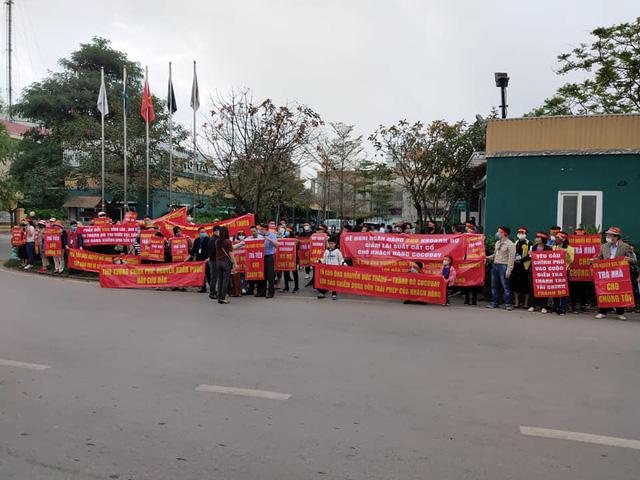 Khách mua Cocobay căng băng rôn đỏ rực, vây kín trụ sở Thành Đô tại Hà Nội  - Ảnh 2.