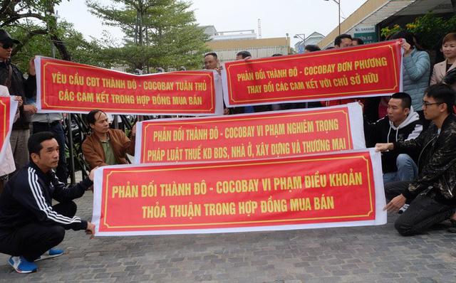 Khách mua Cocobay căng băng rôn đỏ rực, vây kín trụ sở Thành Đô tại Hà Nội  - Ảnh 3.