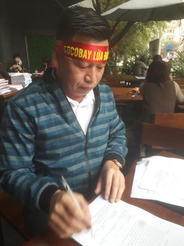 Khách mua Cocobay căng băng rôn đỏ rực, vây kín trụ sở Thành Đô tại Hà Nội  - Ảnh 4.