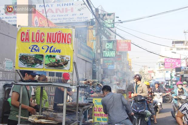 2.000 con cá lóc nướng bán sạch trong một buổi sáng, nhiều gia đình ở Sài Gòn kiếm tiền khủng trong ngày vía Thần tài - Ảnh 13.