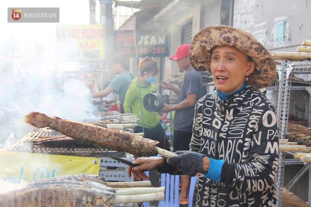 2.000 con cá lóc nướng bán sạch trong một buổi sáng, nhiều gia đình ở Sài Gòn kiếm tiền khủng trong ngày vía Thần tài - Ảnh 5.