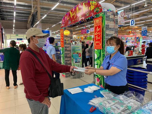 'Cháy hàng' mùa dịch nCoV: Pharmacity đặt hàng 130 triệu khẩu trang cho tháng 2, hệ thống Saigon Co.op mỗi ngày cung cấp 200.000 khẩu trang và 10.000 gel rửa tay - Ảnh 1.