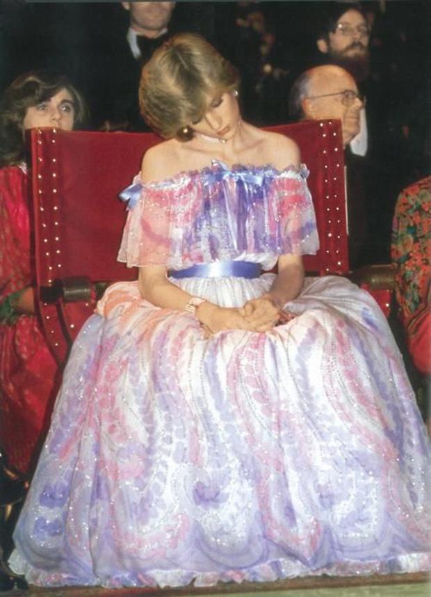 """Bức ảnh ngủ gật nổi tiếng của Công nương Diana: Đằng sau hình ảnh """"người đẹp ngủ trong rừng"""" là nỗi lòng không phải ai cũng hiểu - Ảnh 1."""