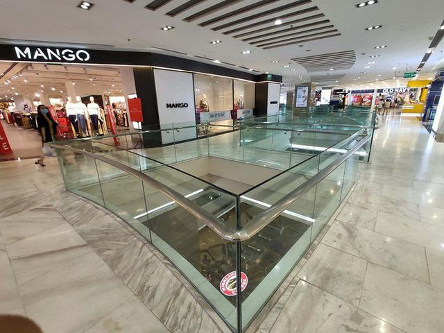 Hàng loạt trung tâm thương mại vắng vẻ trong mùa dịch corona - Ảnh 11.
