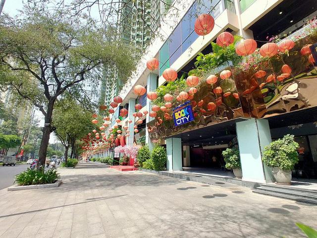 Hàng loạt trung tâm thương mại vắng vẻ trong mùa dịch corona - Ảnh 12.