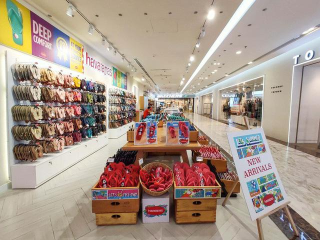 Hàng loạt trung tâm thương mại vắng vẻ trong mùa dịch corona - Ảnh 5.