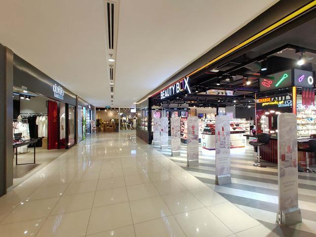 Hàng loạt trung tâm thương mại vắng vẻ trong mùa dịch corona - Ảnh 7.
