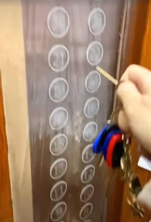 Đi thang máy thời dịch nCoV bùng phát, mỗi người một que tăm không chạm nút bấm - Ảnh 3.