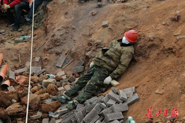 Nỗi khổ cực khó ai thấu ở các công nhân xây dựng bệnh viện dã chiến ở ổ dịch Vũ Hán: Giờ giải lao và giấc ngủ ngon bỗng hóa xa xỉ - Ảnh 3.