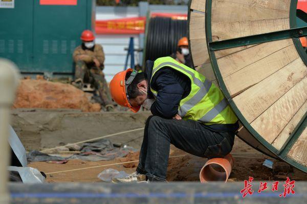 Nỗi khổ cực khó ai thấu ở các công nhân xây dựng bệnh viện dã chiến ở ổ dịch Vũ Hán: Giờ giải lao và giấc ngủ ngon bỗng hóa xa xỉ - Ảnh 4.