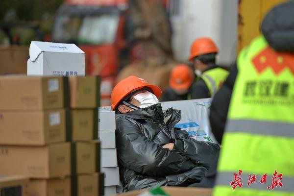 Nỗi khổ cực khó ai thấu ở các công nhân xây dựng bệnh viện dã chiến ở ổ dịch Vũ Hán: Giờ giải lao và giấc ngủ ngon bỗng hóa xa xỉ - Ảnh 6.