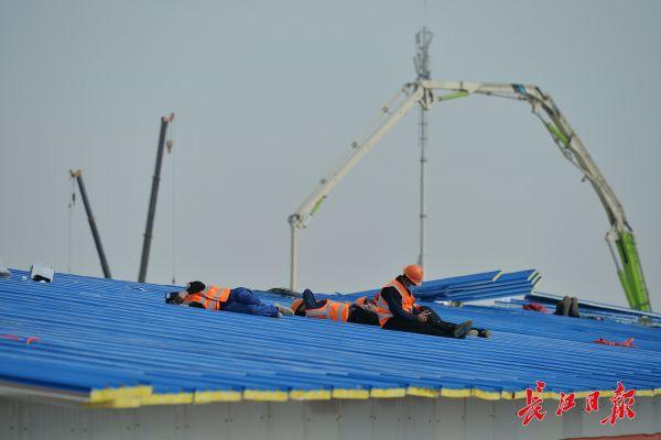 Nỗi khổ cực khó ai thấu ở các công nhân xây dựng bệnh viện dã chiến ở ổ dịch Vũ Hán: Giờ giải lao và giấc ngủ ngon bỗng hóa xa xỉ - Ảnh 8.