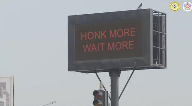 Đợi chờ là hạnh phúc: Ở Mumbai nếu dừng đèn đỏ mà bấm còi vượt mức 85 decibel thì mời bạn kiên nhẫn và đợi đèn...đếm ngược lại từ đầu - Ảnh 2.