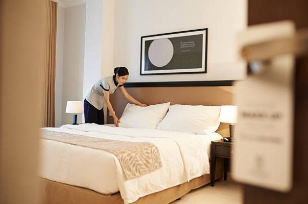 """5 câu hỏi """"vì sao"""" về gối trong phòng khách sạn: Vì sao không có gối ôm? Vì sao giường cho 2 người nhưng lại có đến 4 gối? Sao gối hình vuông có màu sắc còn gối nằm thường màu trắng?... - Ảnh 1."""