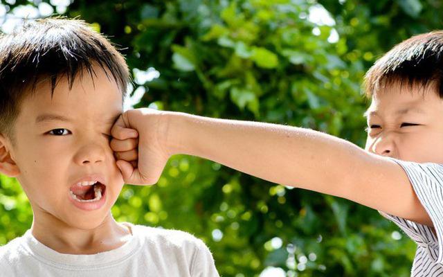 Con trai 4 tuổi bị đuổi học, bố tức giận gọi điện chất vấn cô giáo, nghe xong lý do thì xấu hổ tự ngẫm lại mình - Ảnh 1.