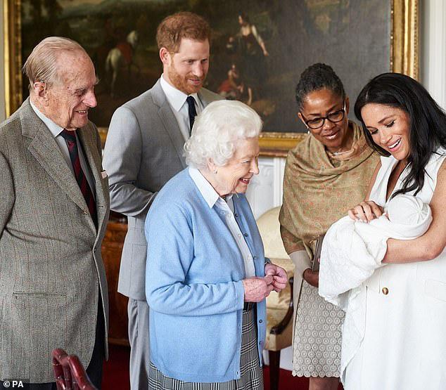 Nữ hoàng Anh xuống nước với vợ chồng Meghan Markle, đưa ra lời đề nghị đặc biệt trong mùa hè này khiến người dùng mạng phẫn nộ  - Ảnh 2.